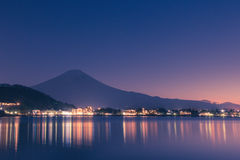 Nocy scena Mt Fuji i miasto wokoło Kawaguchi jeziora, Japan Fotografia Stock