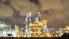 Nocy scena olej i fabryka chemikaliów - czasu upływ zdjęcie wideo