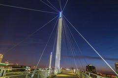 Nocy scena Omaha Kerry zawieszenia mosta wierza z zawieszenie kablami z pięknym niebem barwi zaraz po zmierzchem zdjęcie royalty free