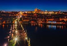 Nocy scena Praga kasztel i Charles most obrazy royalty free