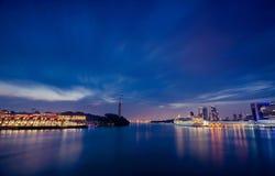 Nocy scena Singapur, Sentosa kablowa linia kolejowa Obrazy Stock