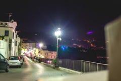 Nocy scena ulica Sorrento molo z udzia?ami jachty, k?t pejza? miejski na lato nocy, Amalfi wybrze?e, W?ochy zdjęcia stock