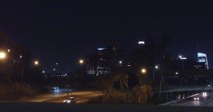 Nocy scena w Los Angeles Delikatny ślad wzdłuż mosta jako ruch drogowy przechodzi underneath Jib up to wyjawia miasto zbiory