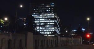 Nocy scena w Los Angeles Delikatny ślad wzdłuż starego betonu mosta Jib up to wyjawia miasto zbiory