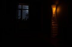 Nocy scena widzieć przez okno od ciemnego pokoju księżyc Fotografia Royalty Free