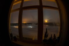 Nocy scena widzieć przez okno od ciemnego pokoju księżyc Blask księżyca wśrodku ciemnego pokoju Obraz Stock