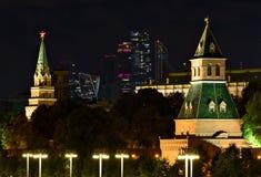 Nocy scena z Kremlin i drapaczami chmur w Moskwa zdjęcie stock