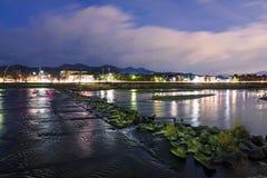 Nocy scena z rzeką w Kyoto Fotografia Royalty Free