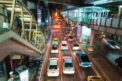 Nocy sceneria z ciężkim ruchem drogowym blisko Skytrain staci w Bangkok, Tajlandia na Maju 22, 2014 Fotografia Stock
