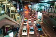Nocy sceneria z ciężkim ruchem drogowym blisko Skytrain staci w Bangkok, Tajlandia na Maju 22, 2014 Fotografia Royalty Free