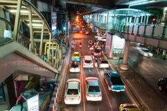 Nocy sceneria z ciężkim ruchem drogowym blisko Skytrain staci w Bangkok, Tajlandia na Maju 22, 2014 Obraz Royalty Free
