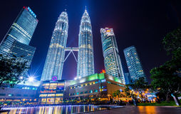 Nocy sceny bliźniacze wieże lub Petronas Górują w Kuala Lumpur, Malezja Fotografia Royalty Free