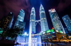 Nocy sceny bliźniacze wieże w Kuala Lumpur, Malezja Fotografia Stock