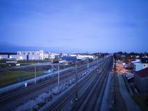 Nocy sceny industrie i linii kolejowej budynki Obraz Stock