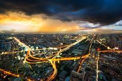 Nocy sceny pejzaż miejski w burzy chmurze Zdjęcia Royalty Free