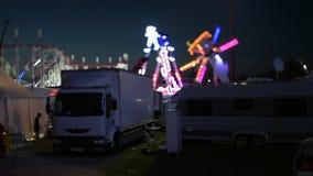 Nocy sceny przesunięcie przy półmroku parkiem rozrywkim zbiory