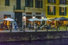 Nocy sceny restauracyjna zewnętrzna fasada przy navigli okręgiem zdjęcie royalty free