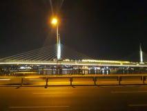 Nocy sceny w Unkapani Bridżowy Goldenhorn i metrze zdjęcie stock