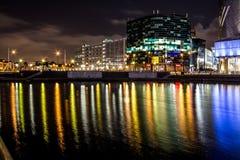 Nocy sceny Z Biznesowymi biurami przy nocą Z Długimi odbiciami zdjęcia stock