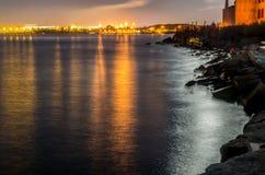 Nocy schronienie z światłami przy Tallinn Obrazy Royalty Free