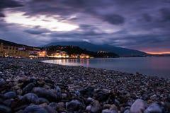 Nocy seascape, zadziwiający widok otoczak linia brzegowa w łagodnym zmierzchu Fotografia Royalty Free