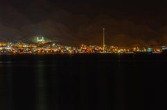 Nocy spojrzenie Aqabah od Eilat Obrazy Stock
