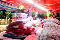 Nocy sprzedaży ubraniowy kram Zdjęcia Stock