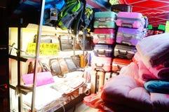 Nocy sprzedaży ubraniowy kram Fotografia Stock