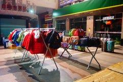 Nocy sprzedaży ubraniowy kram Zdjęcia Royalty Free