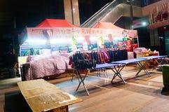 Nocy sprzedaży ubraniowy kram Obrazy Stock