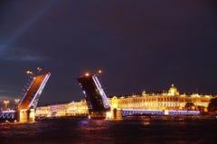 Nocy St Petersburg, rozdzielenie most zdjęcie stock