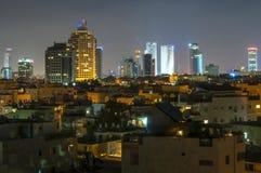 Nocy Tel Aviv linii horyzontu w centrum pejzaż miejski Zdjęcia Stock