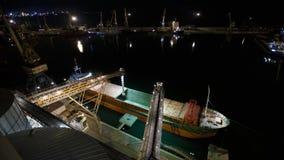 Nocy timelapse ładować zbożowe uprawy na masowym freighter statku przez bagażnika otwierać ładunków chwyty przy silosowym termina zdjęcie wideo