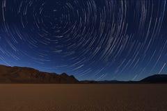 Nocy ujawnienia gwiazdy ślada niebo w Śmiertelnym Dolinnym Kalifornia Fotografia Stock