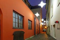 Nocy ulica w Starym miasteczku Ryski, Latvia Obraz Stock