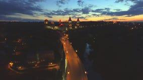 Nocy widok z lotu ptaka Kamenec-Podolsky kasztel Kamianets-Podilskyi, Ukraina zbiory wideo