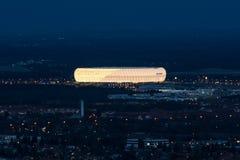 Nocy widok z lotu ptaka zewnętrzna stadionu futbolowego Allianz arena Zdjęcia Royalty Free
