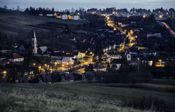 Nocy wioska po zmierzchu w dominującym kościół blisko Liptovsky MikulaÅ ¡ zdjęcia stock