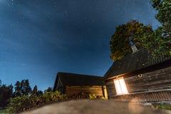 Nocy wioski dom chmurnieje pojęcia nieba gwiazdy zdjęcia stock