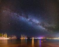 Nocy zatoka w Kemer z milky sposobu niebem Zdjęcia Stock