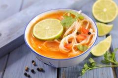 Noddles soep met kruid royalty-vrije stock afbeeldingen
