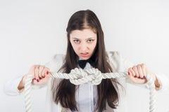 Nodi arrabbiati della donna di affari sulla corda Concetto di problema Immagine Stock