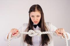 Nodi arrabbiati della donna di affari sulla corda Concetto di problema Fotografia Stock