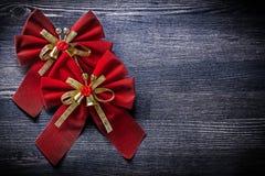 Nodi legati Natale sulle feste del bordo di legno Immagini Stock Libere da Diritti