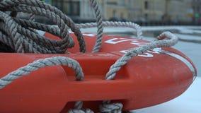 Nodi stretti di una corda su un anello di vita video d archivio