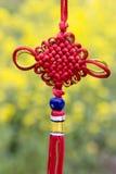 Nodo chino rojo en fondo amarillo Fotografía de archivo libre de regalías