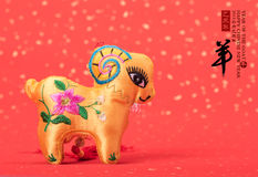 Nodo cinese della capra su fondo rosso Fotografie Stock