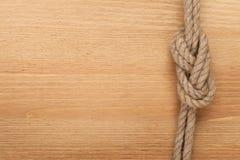 Nodo della corda della nave su fondo di legno Immagine Stock
