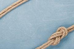 Nodo della corda della nave sul fondo di legno di struttura Immagine Stock