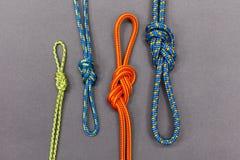 Nodo della corda su fondo nero Sport di alpinismo e di scalata Fotografia Stock Libera da Diritti